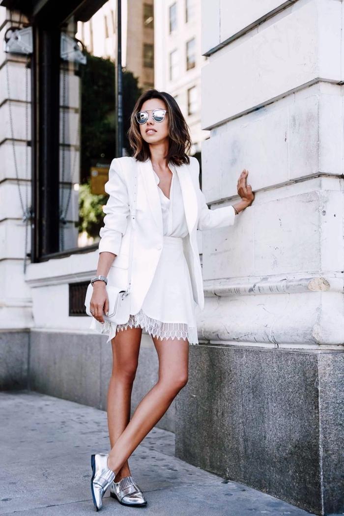 vision moderne femme en jupe courte avec broderie et blazer blanc combinés avec une paire de chaussures métalliques plates