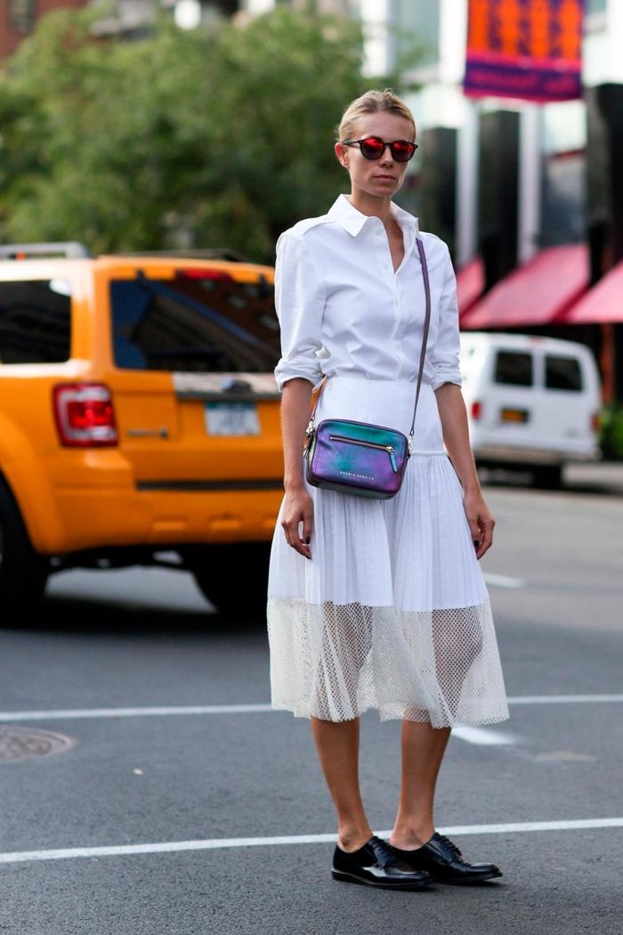 look total blanc avec sac à main galaxy et une paire de derbies noires vernies, jupe mi-longue combinée avec chemise blanche à manches retroussées