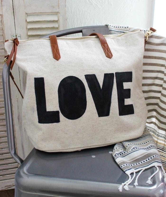 sac cabas cuir souple sur la poignée marron, modèle sac à main DIY avec lettres love réalisées avec marquer et pochoir