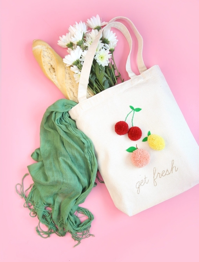 tote bag blanc avec déco fruités à design pêche et cerises réalisés avec pompons et fil brodé vert, modèle sac à main personnalisé facile