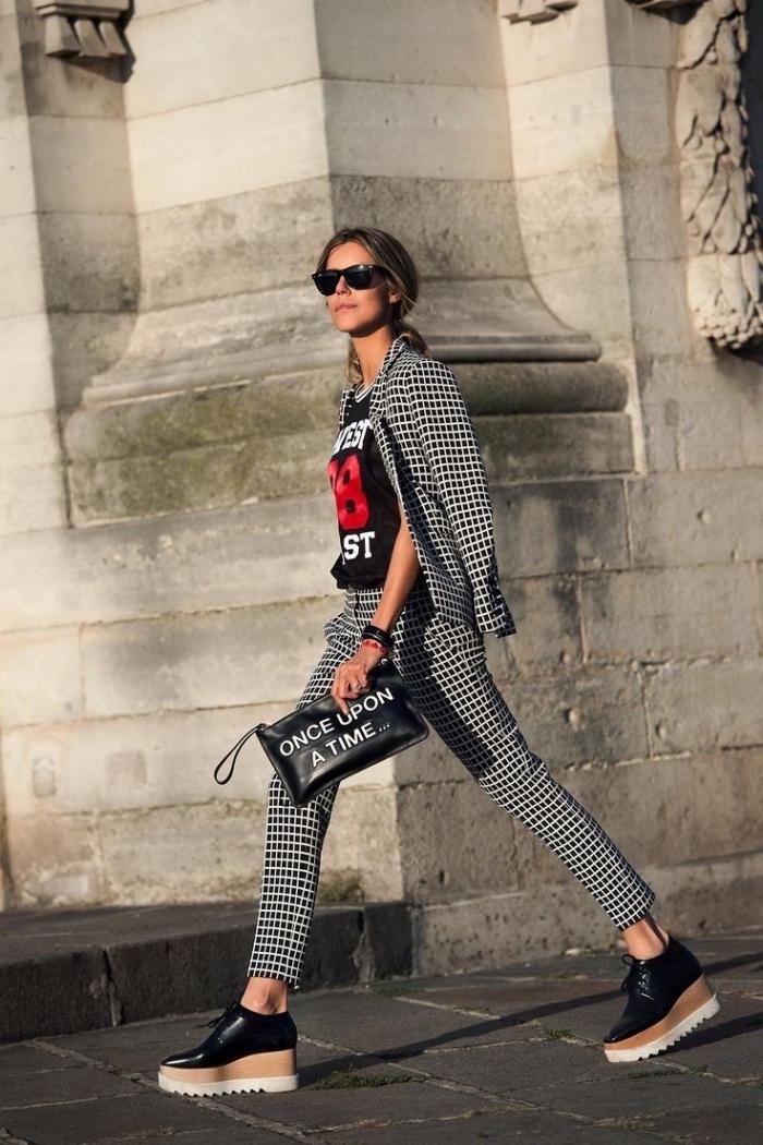 modèle de derbies compensées en noir et beige combinées avec pantalon et blazer carrés en blanc et noir