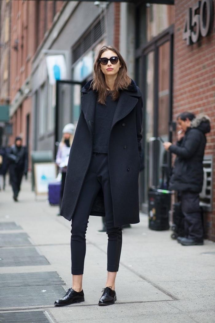 comment bien s'habiller en pantalon et blouse noir combinés avec une paire de chaussures plates, modèle derbies femme