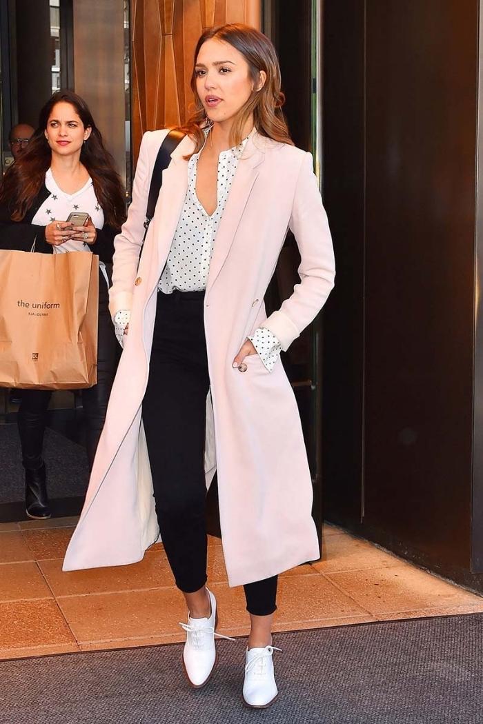 idée comment bien s'habiller en blanc et noir avec un manteau long en rose pastel et une paire de chaussures plates derby