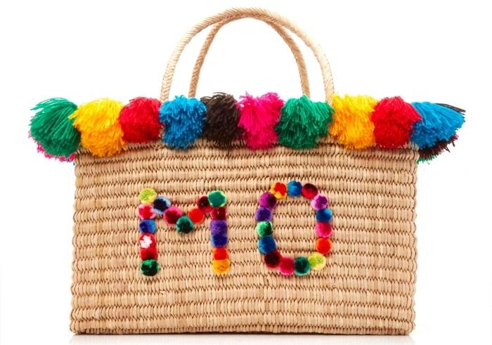 exemple comment décorer un sac à main en paille avec pompons colorés, déco de tote bag avec lettres en mini pompons