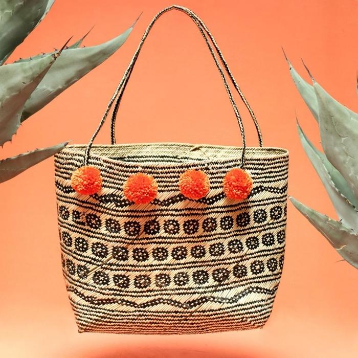 modèle d'accessoire DIY avec un sac à main beige et noir à décoration mini pompons orange, sac cabas personnalisé