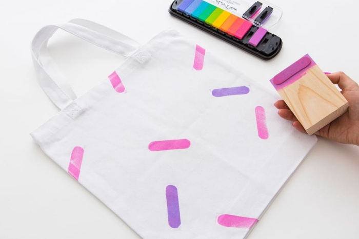 personnaliser un sac cabas avec empreintes en teinture pour textile, loisir créatif facile avec peintures et sac à main blanc