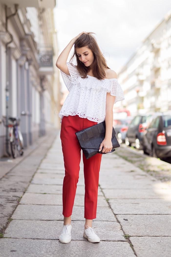 tenue chic moderne en pantalon rouge combiné avec blouse blanche et une paire de chaussures derby plates