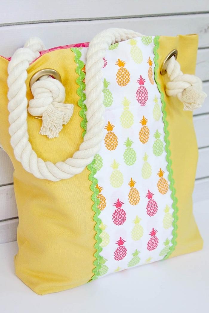 modèle de tote bag en tissu jaune avec déco en tissu blanc à motifs ananas colorés et poignée en corde coton