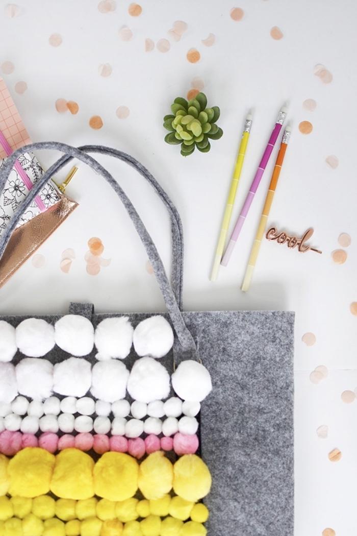 idée activité manuelle pour ado facile, fabrication accessoire sac à main en tissu gris avec pompons grands et petits
