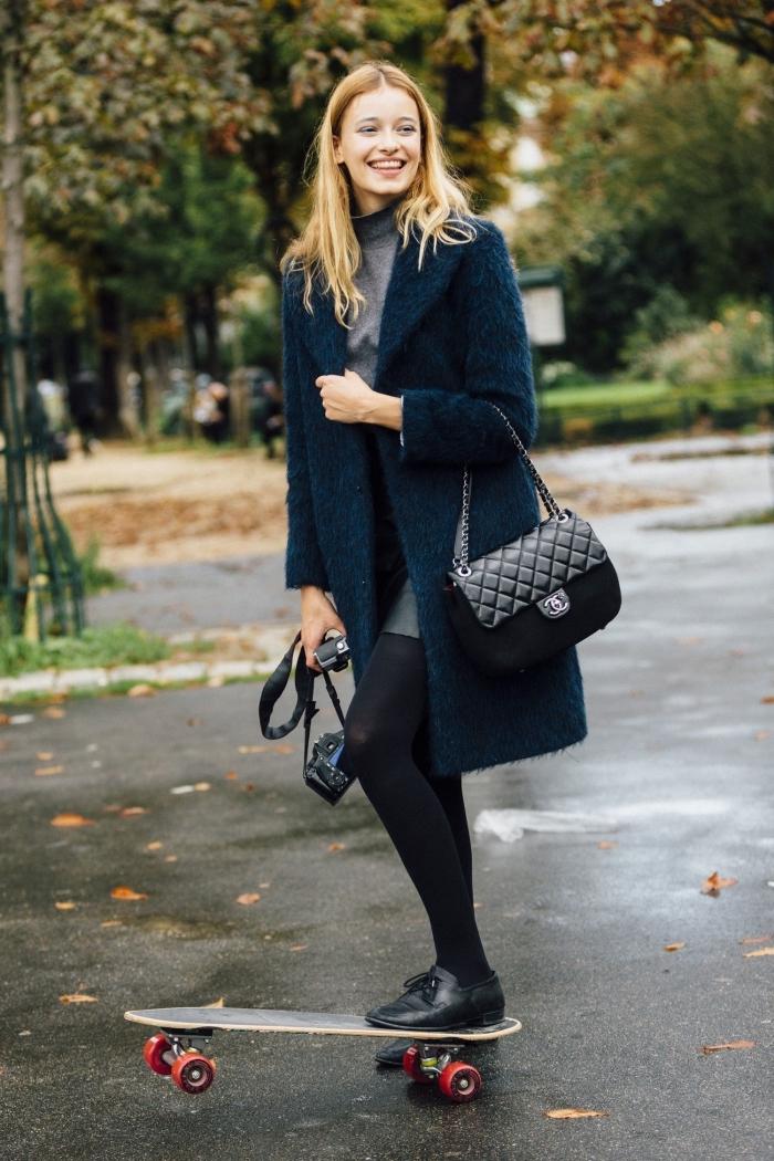exemple comment porter des chaussures plates avec lacets, manteau faux fur porté avec jupe courte et pull gris