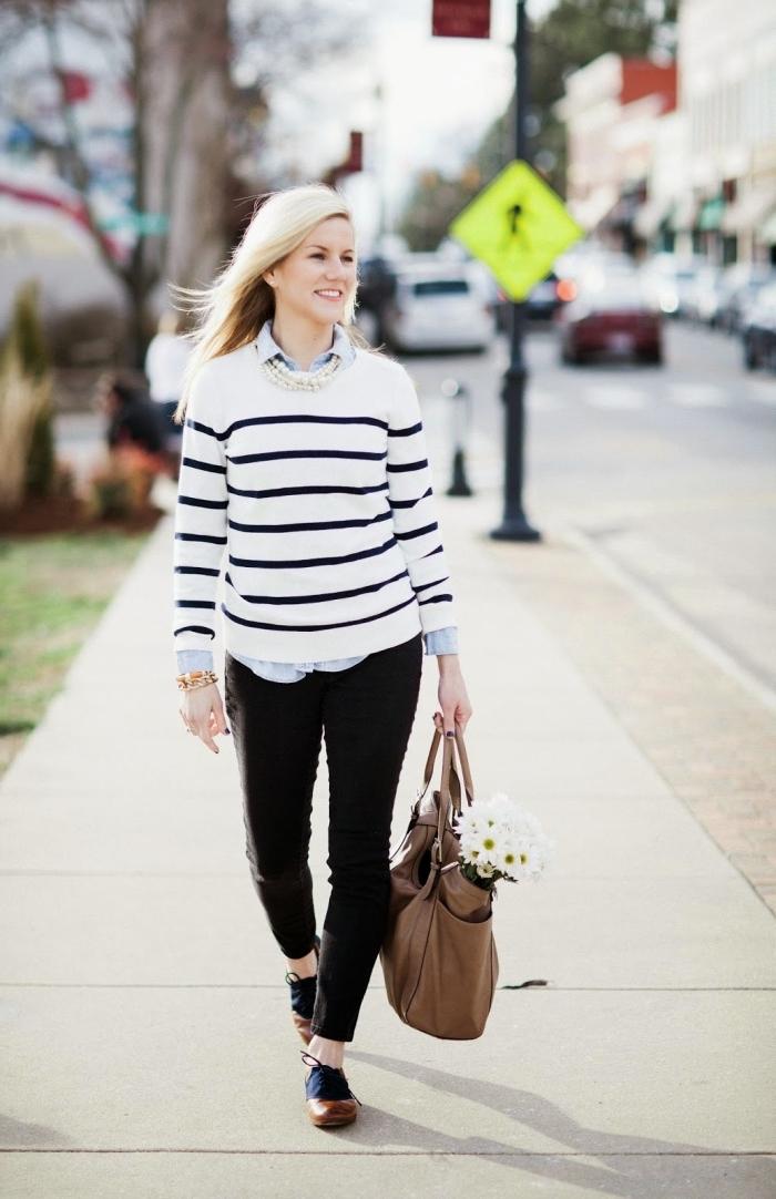modèle de chaussures derbys plats en marron et bleu foncé, pantalon slim noir combiné avec chemise claire et blouse rayée