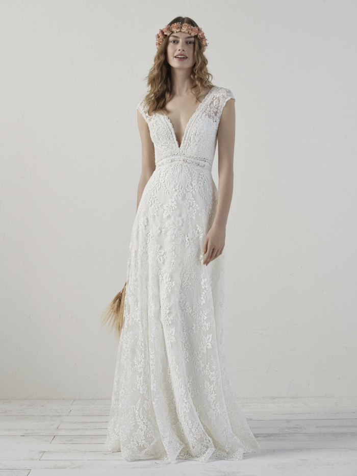 tenue boheme chic, robe boheme mariage, jeune femme avec couronne de fleurs champêtres sur la tete, robe blanche boheme