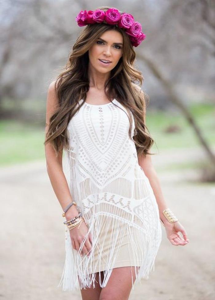robe blanche boheme, robe boheme mariage, vetement hippie chic, tenue boheme chic, jeune femme avec couronne de fleurs fuchsia sur la tete, robe blanche mini avec des franges