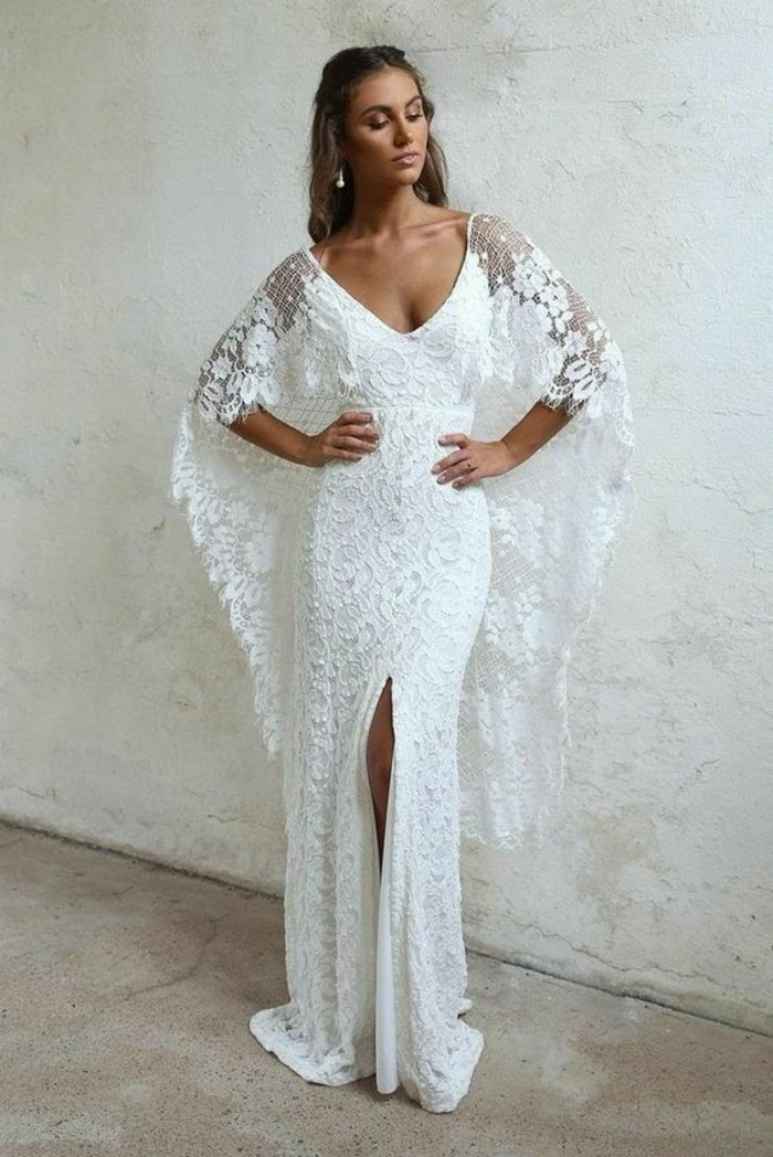 robe blanche boheme au col large ouvert en V arrondi, robe longue boheme chic, manches longues évasées, grande fente devant