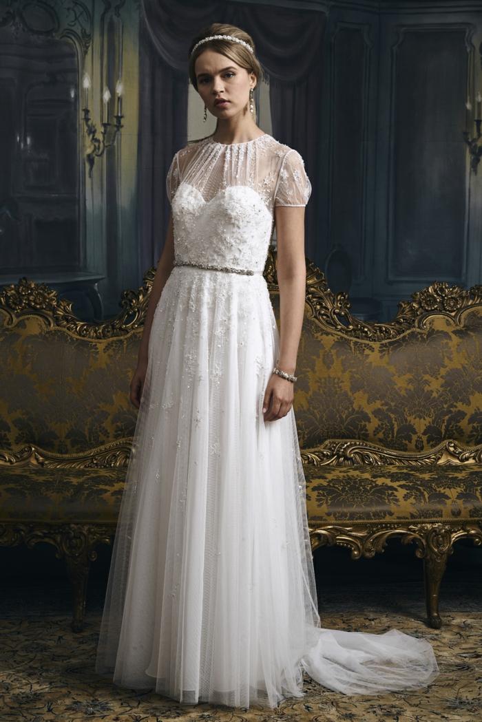 robe boheme mariage, robe de mariée bohème, vetement hippie chic, style vintage, femme dans une pièce avec canapé en noir et doré