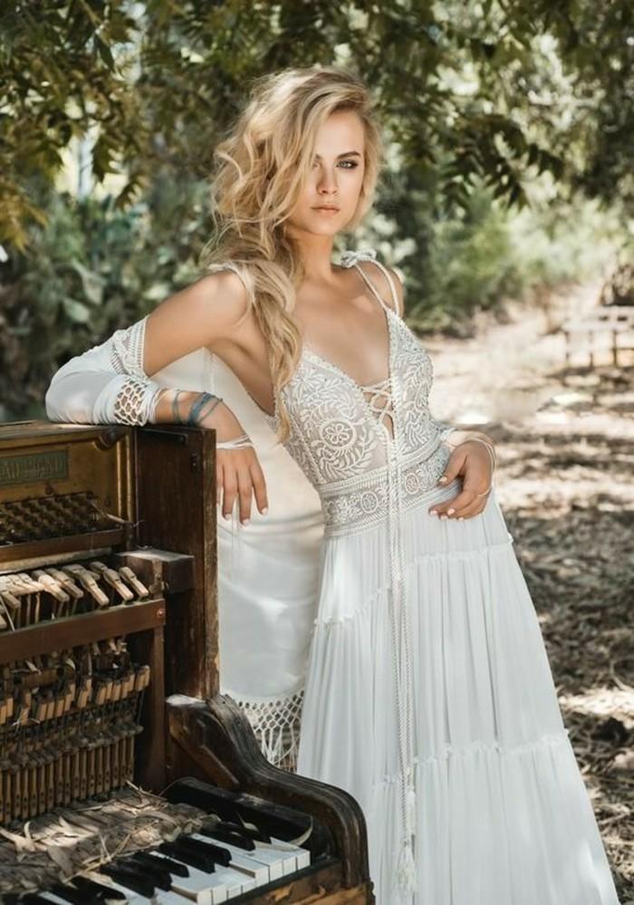 robe blanche boheme, vetement hippie chic, tenue boheme chic, bretelles fines, cape en macramé blanc, robe dos nu dentelle