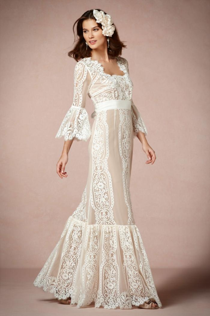 robe hippie chic en dentelle, robe de mariée bohème, grande fleur en dentelle blanche dans les cheveux, décolleté carré, longueur au sol