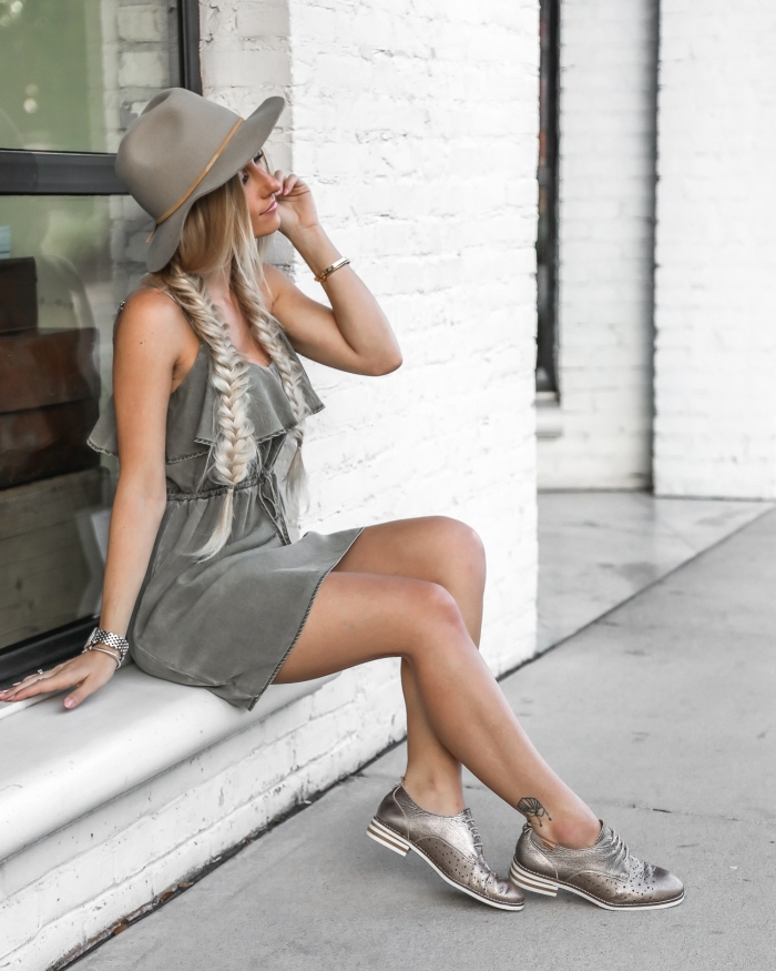 look total gris en robe courte et paire de chaussures pailletées en argent, modèle de derbis plates avec lacets