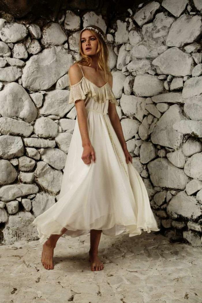 robe champetre chic, robe hippie chic en dentelle, décolleté type bateau, couronne de fleurs sur la tete, mariée hippie, style mariage champêtre et plage