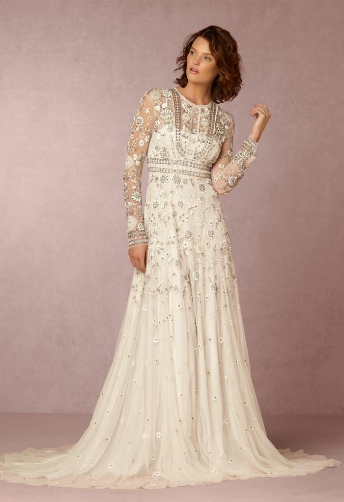 vetement hippie chic, robe longue blanche boheme, manches longues moulantes, motifs fleuris en fil argenté, col rond
