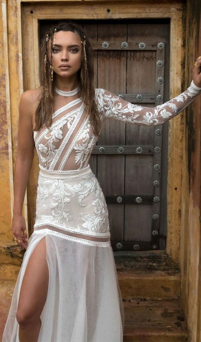 vetement hippie chic, robe de mariée bohème avec des épaules asymétriques avec un seul manche, tenue boheme chic