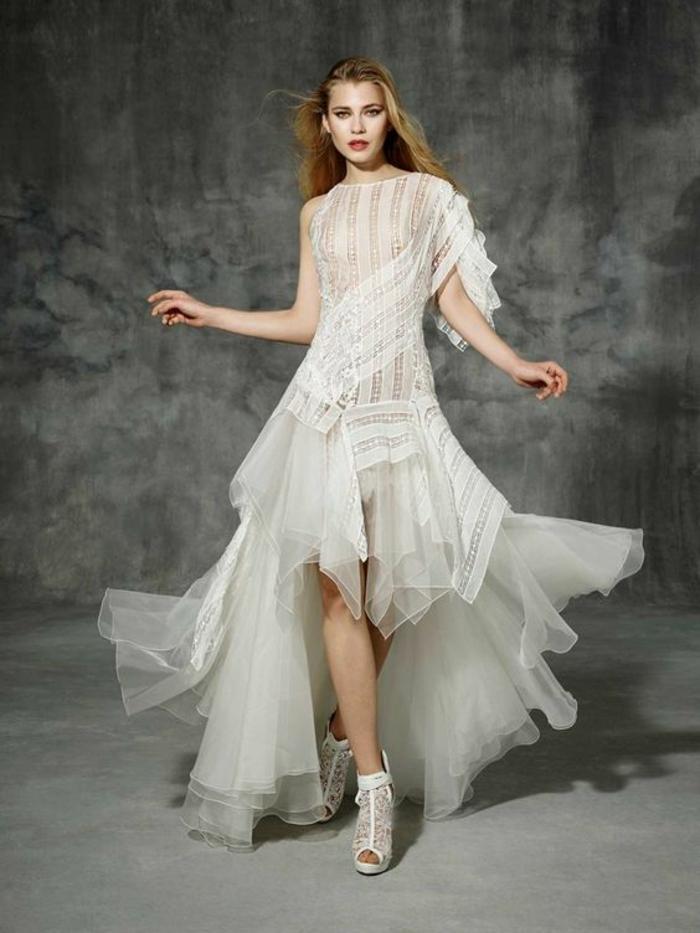 robe champetre chic, robe de mariee boheme, robe hippie chic en dentelle, manches asymétriques géométriques, bottines en dentelle blanche haut talon