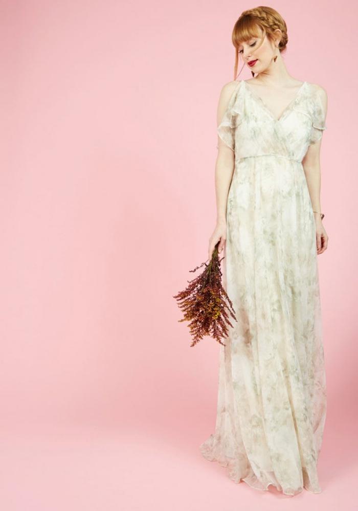 robe blanche boheme, robe longue hippie chic, vetement boheme romantique, robe en blanc et gris perle aux motifs fleuris délicats