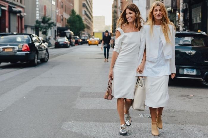 exemple comment porter les derbies argentées avec une robe blanche mi-longue et un sac à main en rose poudré