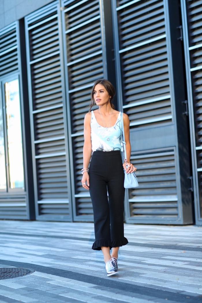 vision chic et stylée en pantalon noir à taille haute combinés avec paire de derbies femme grise, modèle sac à main de couleur bleu clair