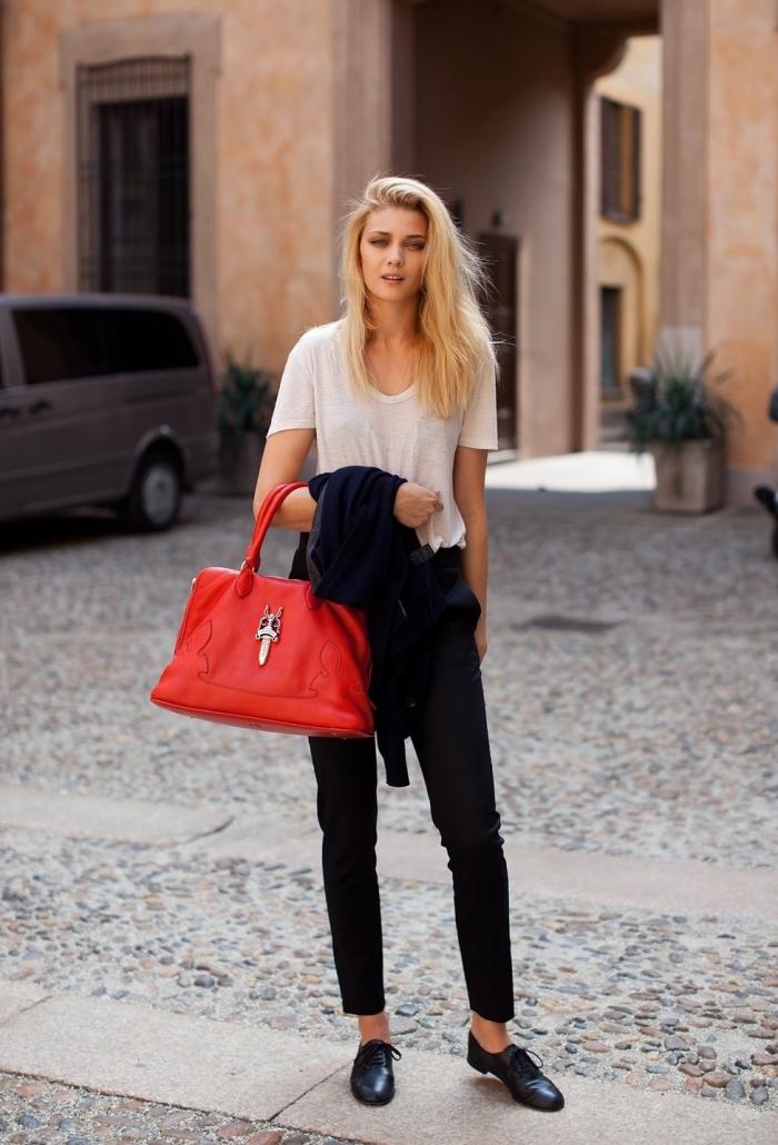 modèle de chaussures derbies plats combinés avec pantalon noir et t-shirt beige, idée look casual avec derbies