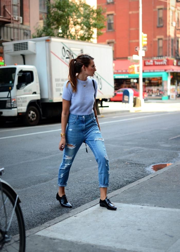 derbies femme cuir pour un look streetstyle en jeans déchirés et t-shirt assorti avec bijoux en or et sac à main noir