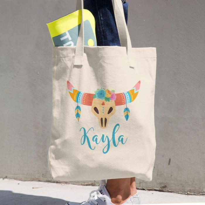 modèle de sac à main DIY à design bohème chic avec dessin cornes de cerf à couronne florale avec plumes et lettres en peinture pour textile