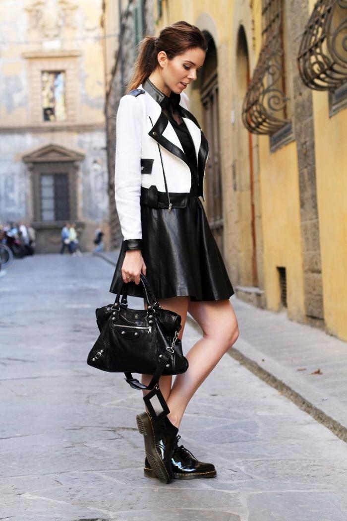 modèle de derbies vernis noirs combinés avec jupe courte en simili cuir noir, idée avec quoi porter des derbies