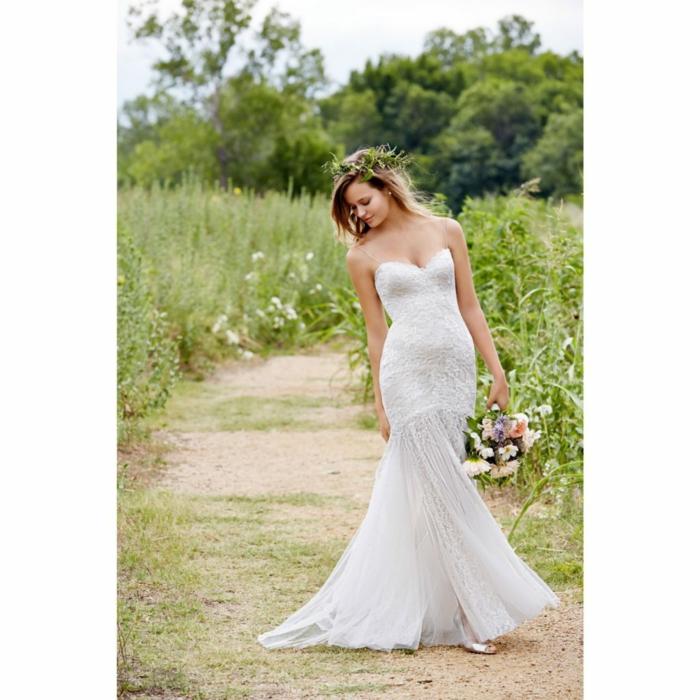 vetement hippie chic, vtement boheme romantique, tenue boheme chic, robe dos nu dentelle, mariée avec une robe type sirène qui marche dans un champ fleuri