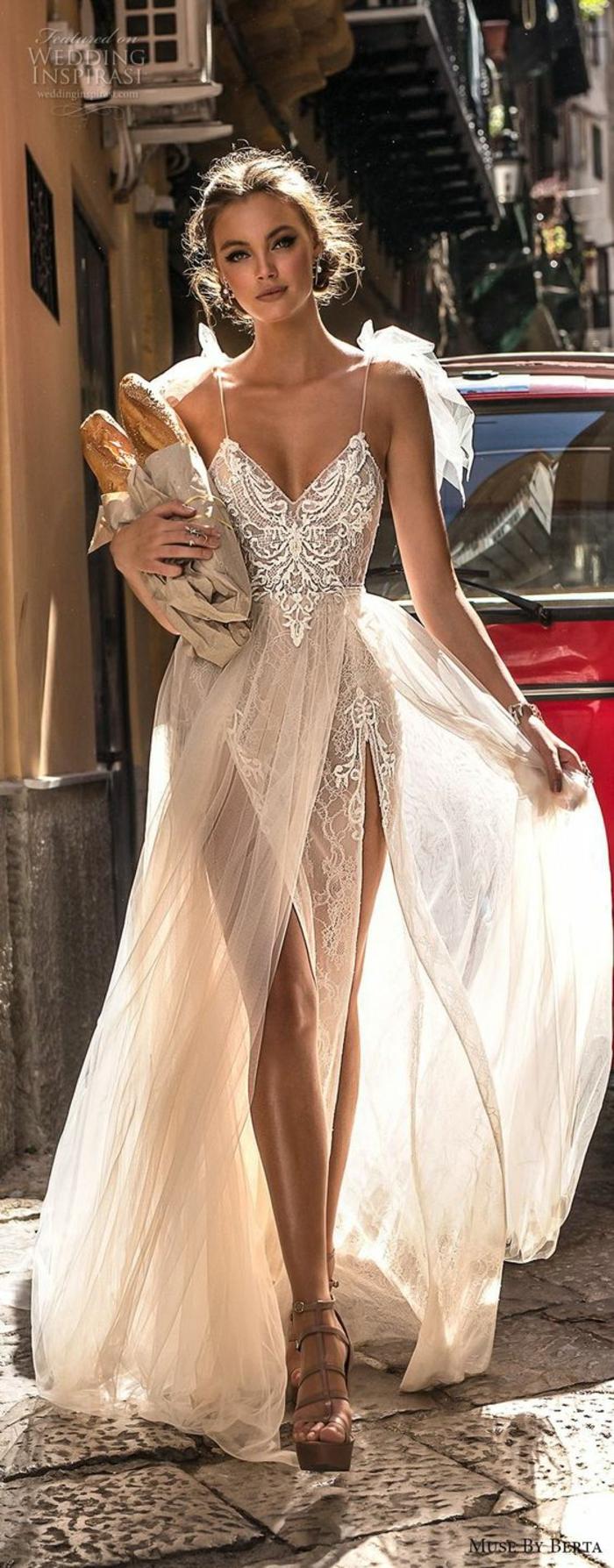 tenue boheme chic, robe longue avec deux larges fentes sur les jambes, matière semi-transparente, robe longue hippie chic