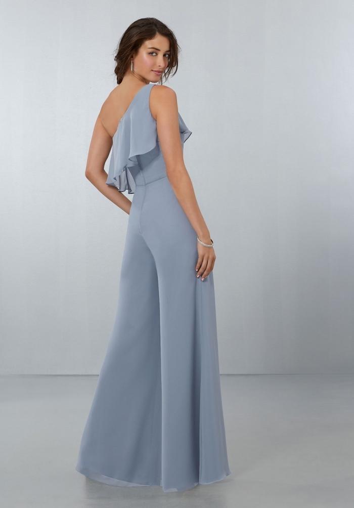 vêtement élégant et féminin pour un mariage, look stylé en combipantalon bleu pastel à pantalon large et top asymétrique à volants