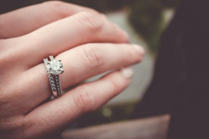 bague de fiançailles, bague incrustée de petites pierres précieuses, accessoires tandance