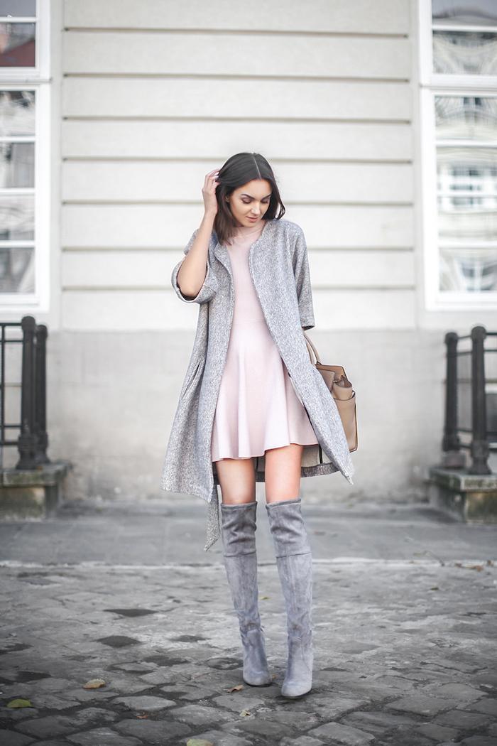 Cuissarde en velours gris, tenue avec cuissarde pour petite, comment s habiller cet automne 2018, gilet et bottes gris associés avec une petite robe rose pâle