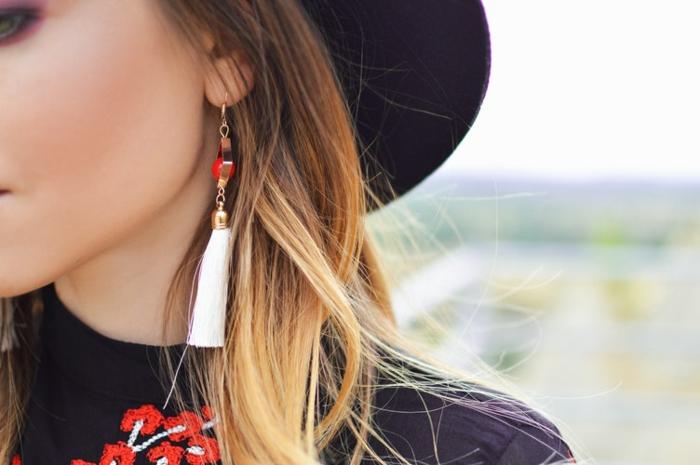 chemise noire avec broderie rouge, boucles d'oreilles avec frange, chapeau feutre