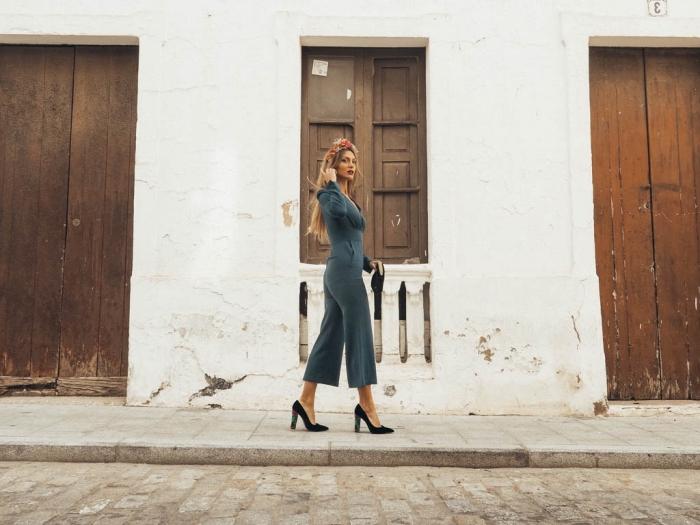 vêtement chic pour assister à un mariage, modèle de combinaison jupe culotte de couleur gris foncé avec décolleté en V