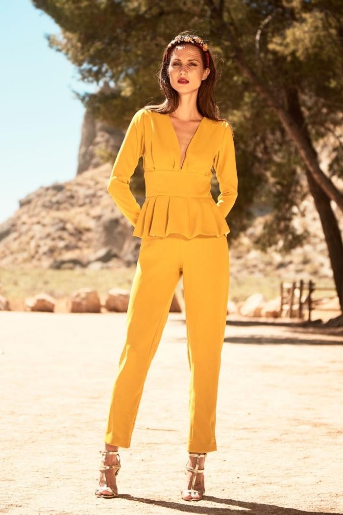tenue habillée femme pour soirée ou cérémonie officielle en combipantalon jaune aux manches longues et pantalon slim