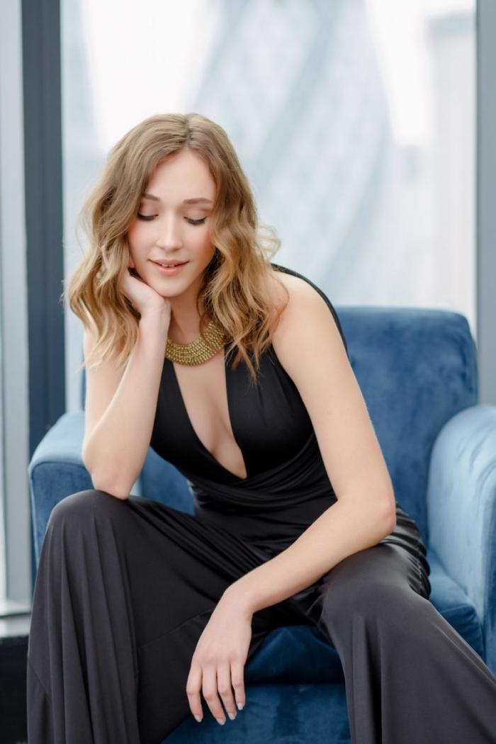 exemple de vêtement en noir parfait pour assister à un mariage, tenue tendance mariage pour invitée avec un combipantalon à décolleté en V