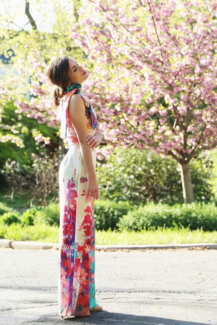 exemple de combi pantalon à design fleuris, modèle ensemble chic en pantalon fluide et top avec écharpe longue
