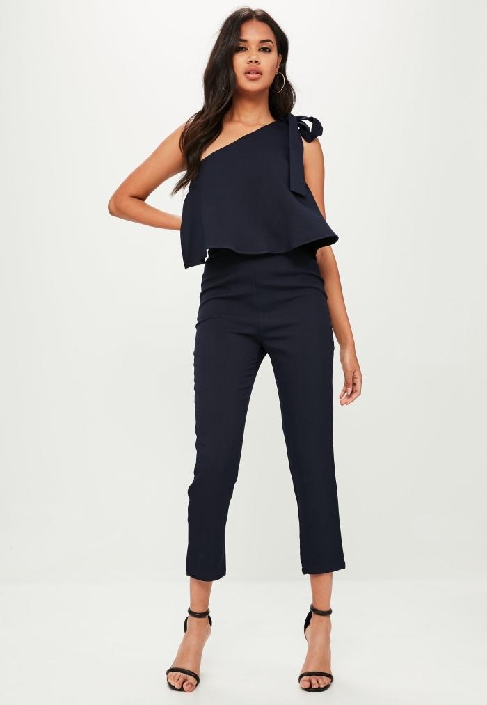 look total noir en combipantalon slim pour assister à un mariage, porter le noir à un mariage, vision chic en combinaison col asymétrique
