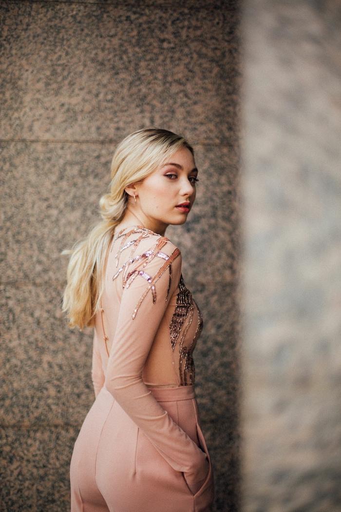 combinaison femme rose, tenue invitée mariage, éléments incrustés métalliques, pantalon avec poches