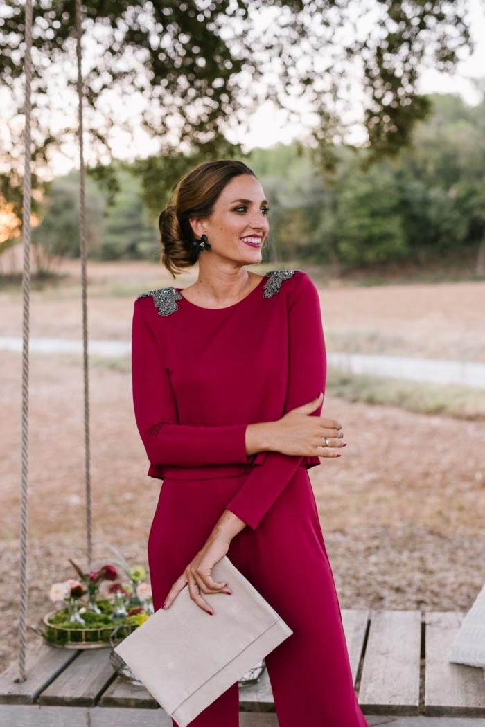 vision élégante et stylée en combinaison femme chic de couleur bordeaux à petits détails argentés sur les épaules