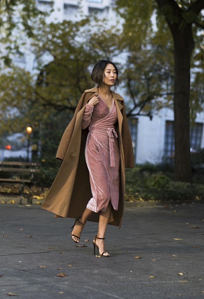 manteau beige long, robe longue rose, sandales élégantes, robe longue rose poudré