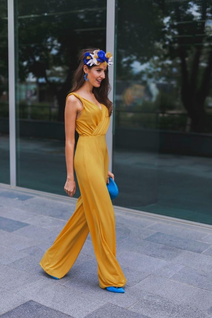 quelle couleur porter à un mariage, idée tenue mariage invité femme pantalon de nuance jaune moutarde avec bretelles et larges jambes