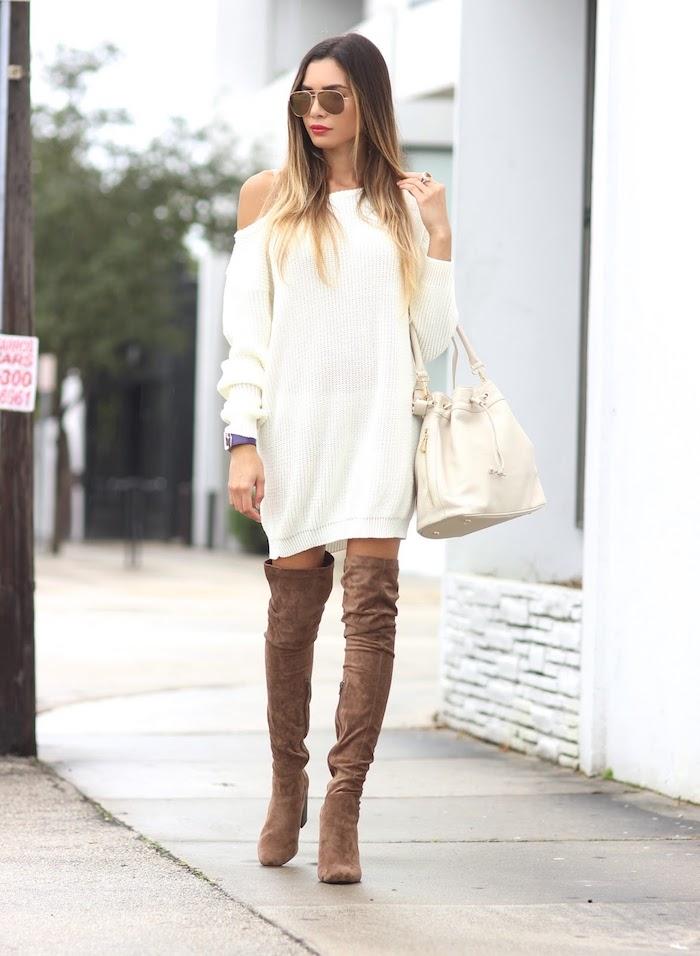 Mode cuissarde robe pull blanche à épaule dénudée, comment porter des cuissardes, tenue avec bottes hautes
