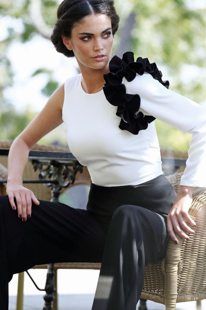 look chic et stylé en combi pantalon blanc et noir avec manche longue et jambes fluide, coiffure romantique en couronne twistée